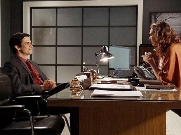 """Em """"Amor à Vida"""", Félix procura emprego e consegue entrevista em grande empresa"""