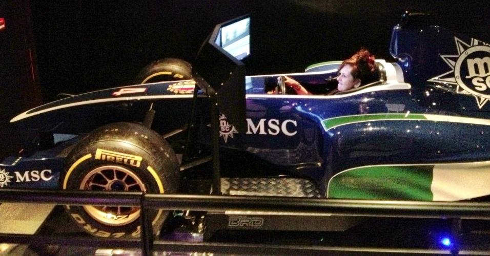 Hóspede se diverte em simulador de Fórmula-1 do navio Preziosa, que navega pelo Brasil até março de 2014