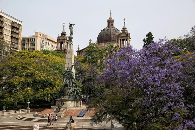 Monumento a Julio de Castilhos, na Praça Marechal Deodoro (Praça da Matriz), e Catedral Metropolitana ao fundo
