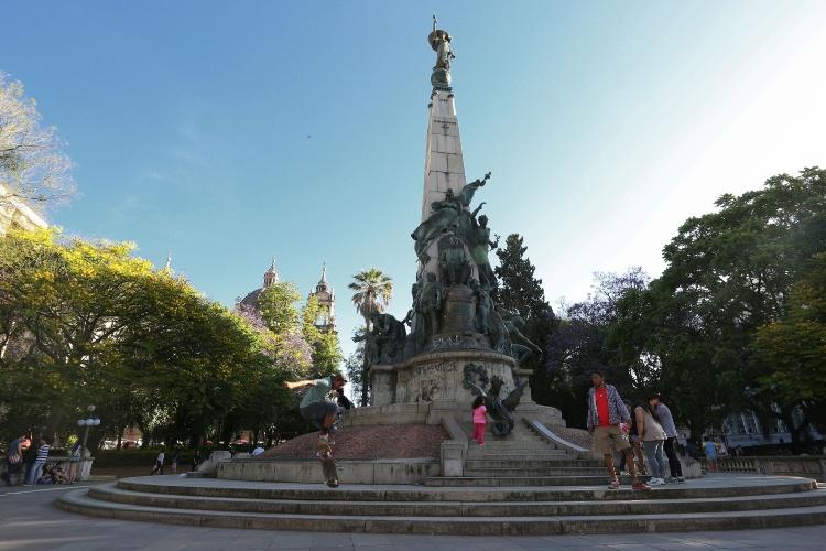 Monumento a Julio de Castilhos, na Praça Marechal Deodoro (Praça da Matriz), perto do Teatro São Pedro