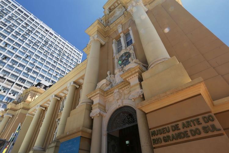 Museu de Arte do Rio Grande do Sul (Margs) abriga exposições temporárias de arte contemporânea. Ponto turístico fica na Praça da Alfândega, em Porto Alegre (RS)