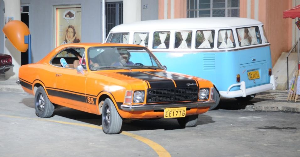 """Otávio (Felipe Cardoso) aparecem  com seu Opala SS em cena de """"Pecado Mortal"""""""