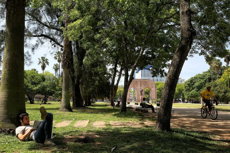 Parque Farroupilha, em Porto Alegre (RS) é ideal tanto para quem quer um lugar tranquilo para ler, como para praticar esportes. Turistas que desejam experimentar um pouco do estilo gaúcho de bem viver podem incluir no roteiro um tempo para sentar nos gramados dos parques e relaxar