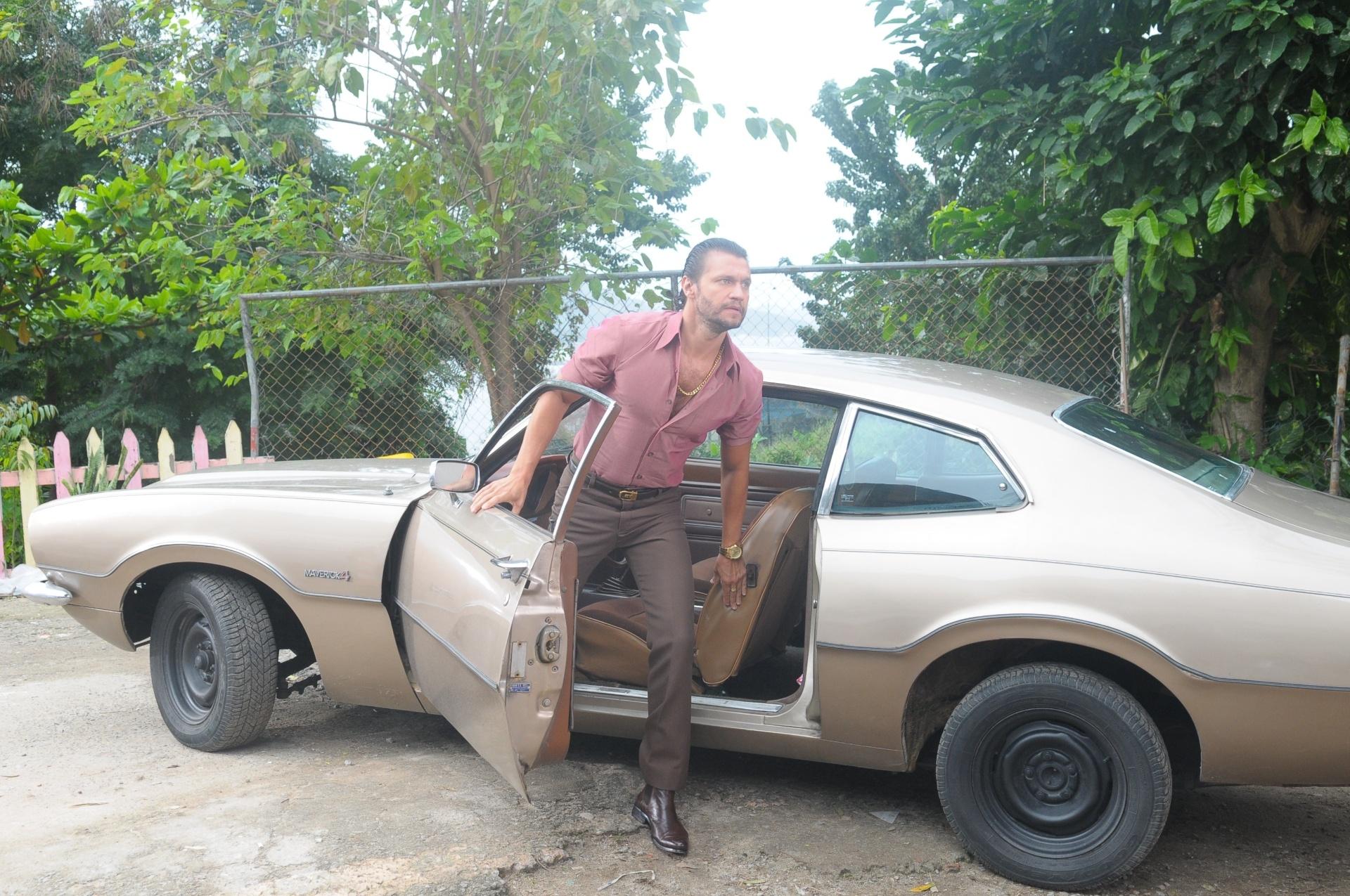 Picasso (Vitor Hugo) com seu carro Maverik, um dos mais caros dos anos 1970