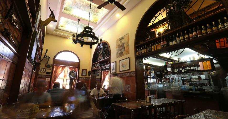 Restaurante Gambrinus é ponto tradicional no Mercado Público de Porto Alegre (RS). Casa tem nos peixes como salmão e bacalhau o seu carro-chefe