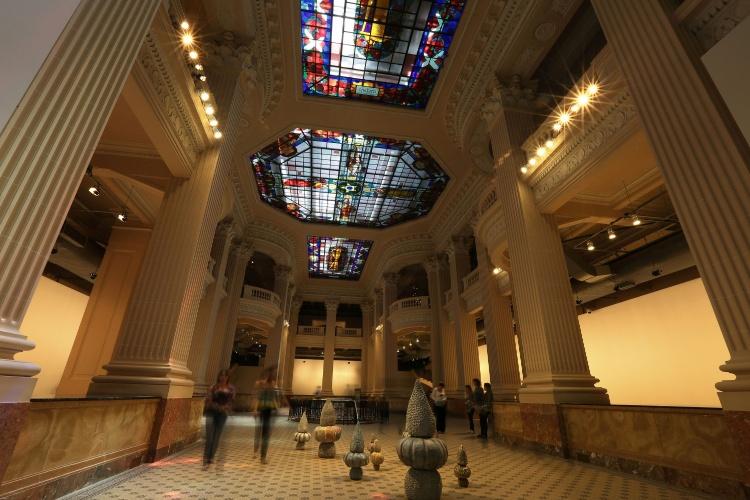 Santander Cultural abriga exposições temporárias de arte contemporânea. Ponto turístico fica na Praça da Alfândega, em Porto Alegre (RS)