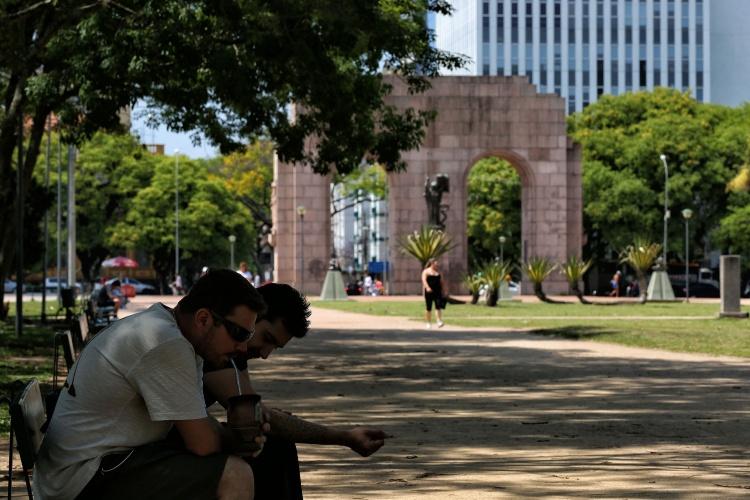 Tomar chimarrão no parque Farroupilha, em Porto Alegre (RS), é costume dos gaúchos
