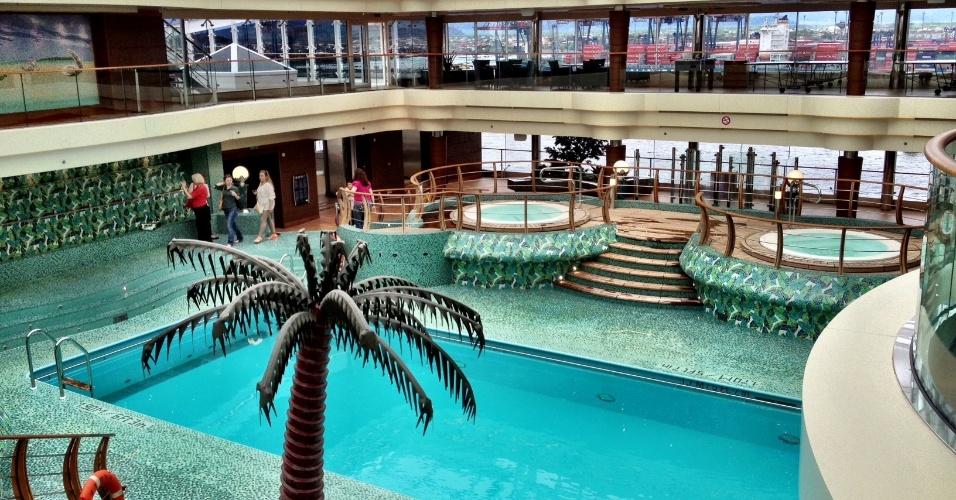 Uma das quatro piscinas do navio Preziosa tem teto retrátil