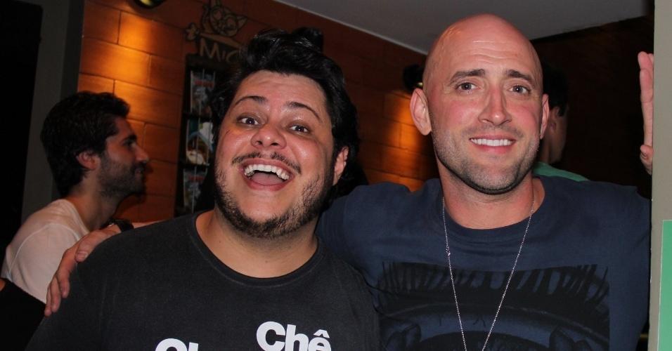27.nov.2013 - Os humoristas Marcos Majella e Paulo Gustavo comparecem a festa de aniversário de um bar em Ipanema, no Rio de Janeiro