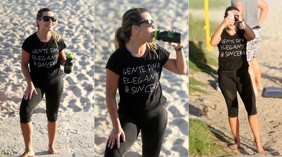 28.nov.2013 - Fernanda Souza brincou com o paparazzo em dia de treino funcional na praia da Barra, no Rio. A atriz fez poses e até tirou fotos do fotógrafo