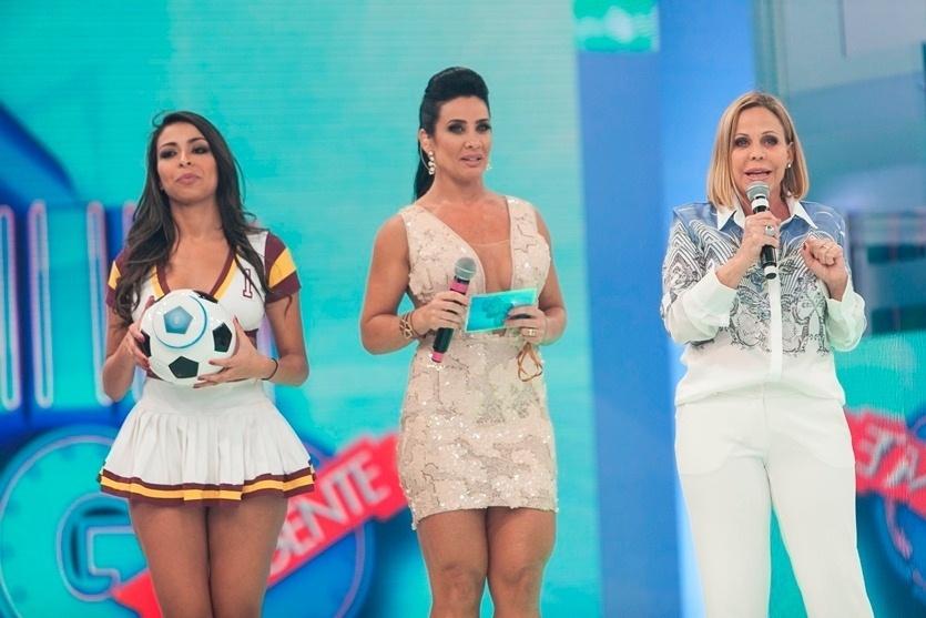 28.nov.2013 - Sob o comando da ex-dançarina do É O Tchan, Scheila Carvalho recebe Claudete Troiano, que solta o verbo no