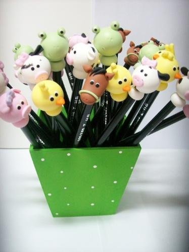 Cachepô contendo 30 lápis decorados em biscuit. Da Casamento.art.br (www.casamento.art.br). R$ 100 o conjunto. Preço pesquisado em novembro de 2013 e sujeito a alterações
