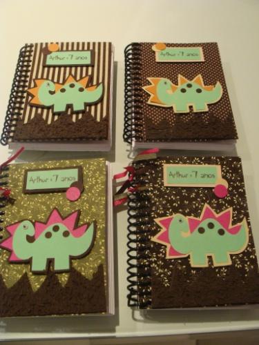 Caderneta personalizada com o tema dinossauro. Da La Belle Vie Eventos (labelleviepoa.blogspot.com.br). R$ 9 cada. Preço pesquisado em novembro de 2013 e sujeito a alterações