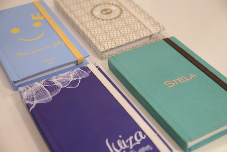 Caderno personalizado, da Dom Bosco (www.domboscobrasil.com). 19,50 cada. Pedido mínimo de 25 unidades. Preço pesquisado em novembro de 2013 e sujeito a alterações