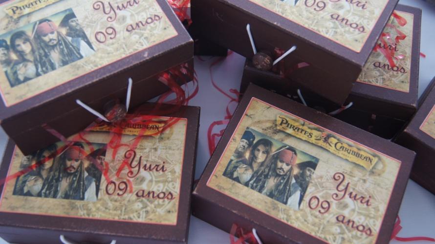 Caixa de MDF (tamanho com 5 cm de comprimento por 5 cm de largura) pintada à mão e personalizada. Da Cá Kifest Lembranças (www.facebook.com/carlafestacriativa). R$ 14,50 cada. Preço pesquisado em novembro de 2013 e sujeito a alterações