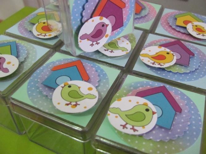 Caixa de acrílico personalizada com o tema jardim. Da Dubi Duba ( www.dubiduba.com.br). R$ 2,10 a unidade. Preço pesquisado em novembro de 2013 e sujeito a alterações