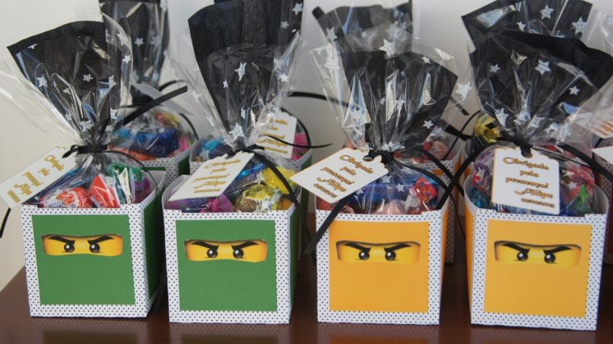Caixa de papel personalizada com doces. Da Cá Kifest Lembranças (www.facebook.com/carlafestacriativa). R$ 8,50 cada. Preço pesquisado em novembro de 2013 e sujeito a alterações