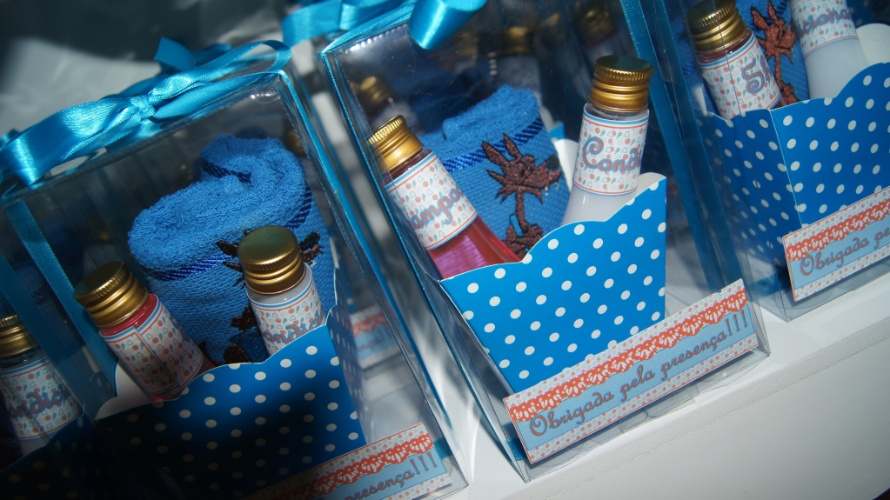 Cesta com toalha bordada personalizada, xampu e condicionador. Da Cá Kifest Lembranças (www.facebook.com/carlafestacriativa). R$ 23,50 cada. Preço pesquisado em novembro de 2013 e sujeito a alterações