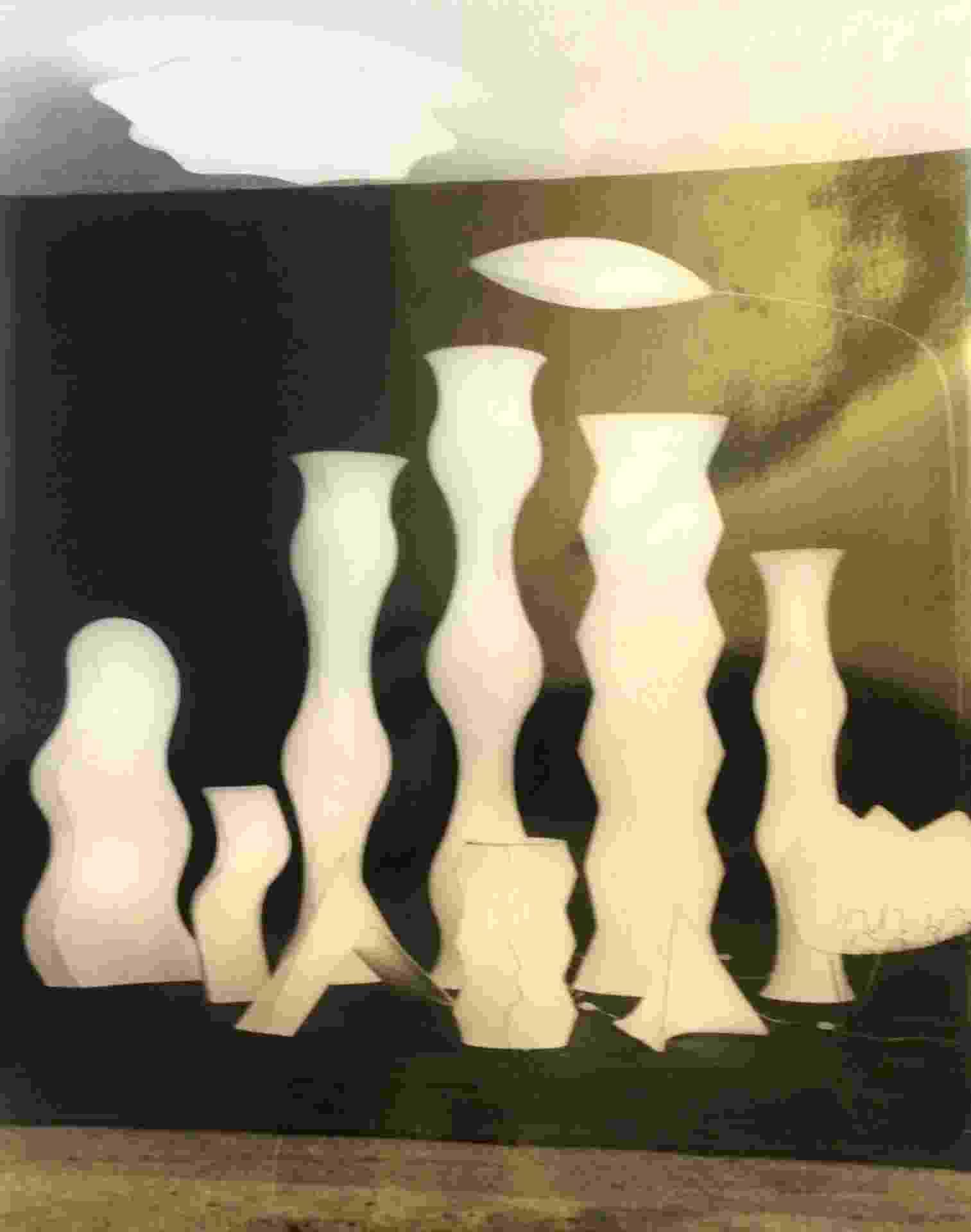 """Na foto, conjunto de luminárias de metal e tecido. """"Utilizei toda uma gama de materiais - do alumínio ao acrílico, da fibra de vidro a retículas impressas em 'silkscreen' -, voltando-me para um empenho mais conceitual de criação"""". A citação é do designer Fábio Alvim (1944-93). O projetista é tema de uma exposição em cartaz no Museu da Casa Brasileira (MCB), em São Paulo, até 26 de janeiro de 2014. Outras informações: www.mcb.org.br - Divulgação"""