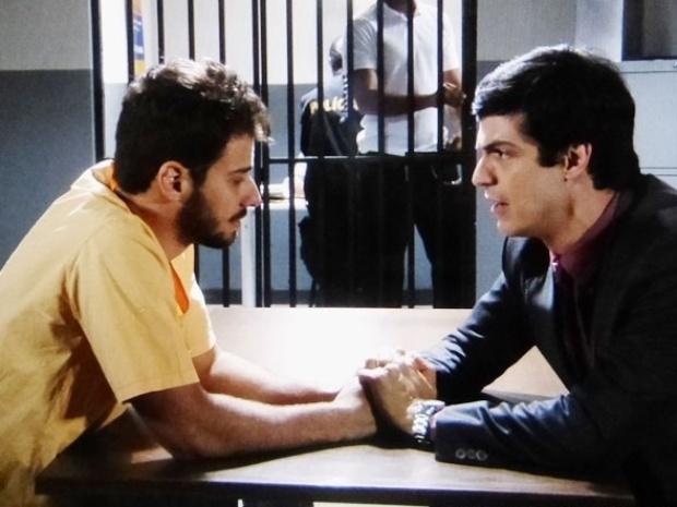 """Em """"Amor à Vida"""", Félix visita Anjinho na cadeia e promete libertá-lo"""