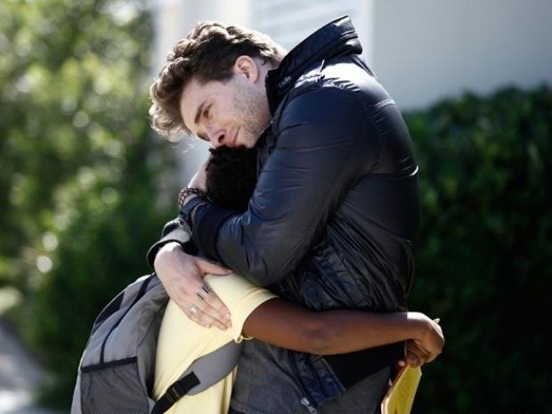 """Em """"Amor à Vida"""", Niko é obrigado a se separar de Jayminho e chora"""