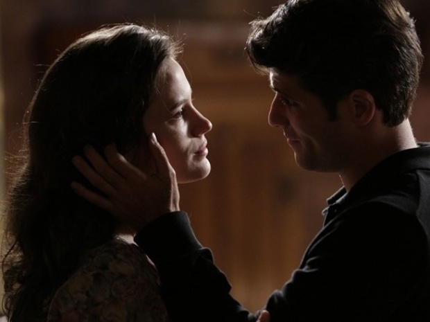 """Em """"Joia Rara"""", Franz se declara para Amélia e a beija"""