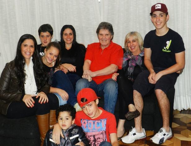 Carmen Júlia Almansa, o marido José Carlos, as duas filhas e os cinco netos vivem juntos em São Paulo - Arquivo Pessoal