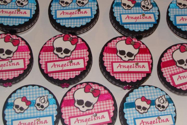 """Lata personalizada com o tema do desenho """"Monster High"""", contendo balas. Da La Belle Vie Eventos (labelleviepoa.blogspot.com.br). R$ 4,50, cada. Preço pesquisado em novembro de 2013 e sujeito a alterações"""