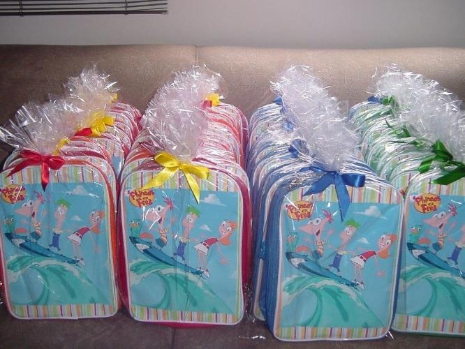 Mochilas personalizadas e confeccionadas em lona. Da Art Party (www.artparty.com.br). R$ 11 a unidade. Preço pesquisado em novembro de 2013 e sujeito a alterações