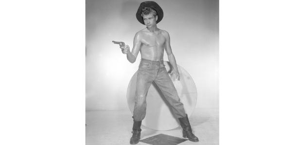 """Mostra em Los Angeles é dedicada a ícones da cultura gay: as fotos de nus de Bob Mizer e as ilustrações dos homens """"avantajados"""" de Tom da Finlândia - BBC"""