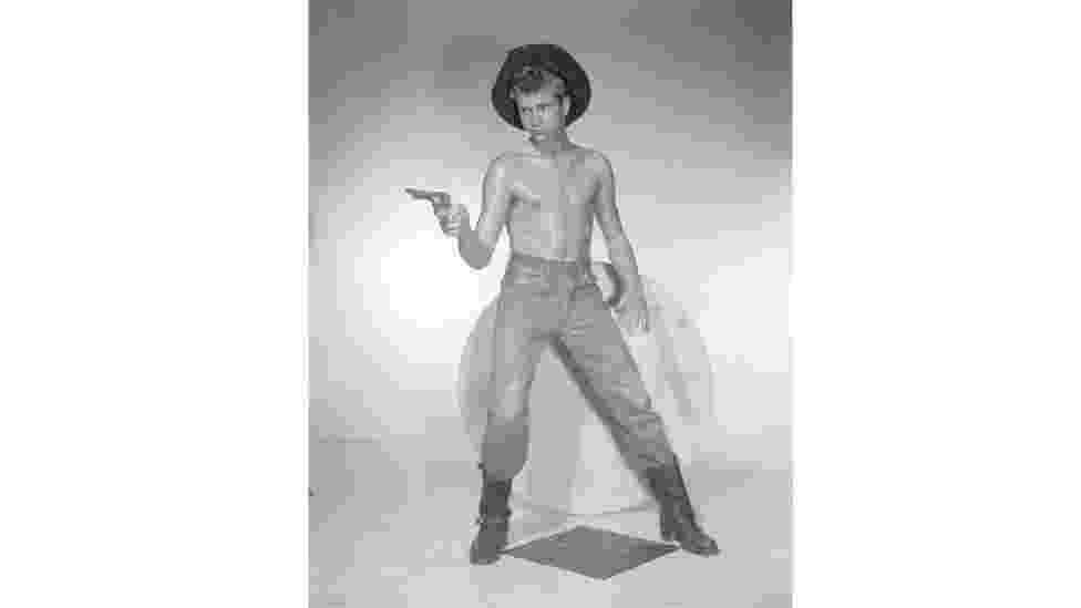 Mostra em Los Angeles é dedicada a ícones da cultura gay: as fotos de nus de Bob Mizer e as ilustrações dos homens 'avantajados' de Tom da Finlândia - BBC