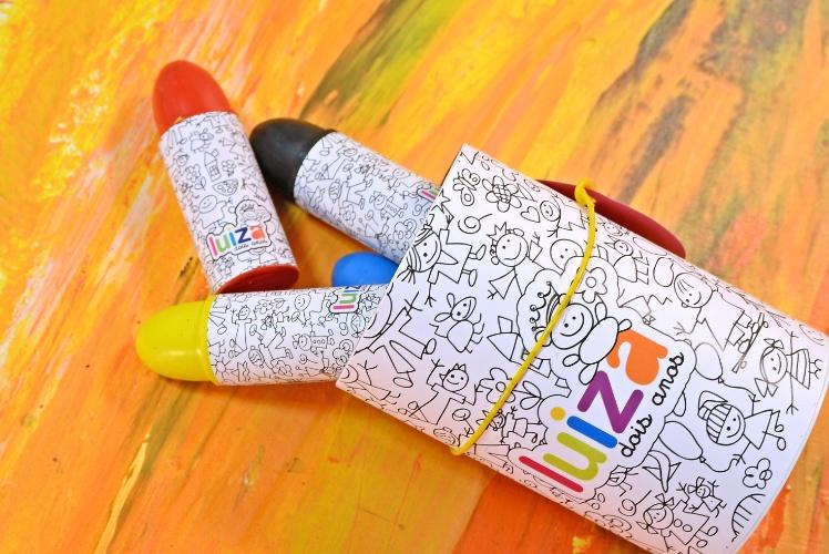 Tubo de papelão personalizado com seis gizes de cera para colorir. Da Dom Bosco (www.domboscobrasil.com). R$ 17,90 cada. Pedido mínimo de 50 unidades. Preço pesquisado em novembro de 2013 e sujeito a alterações