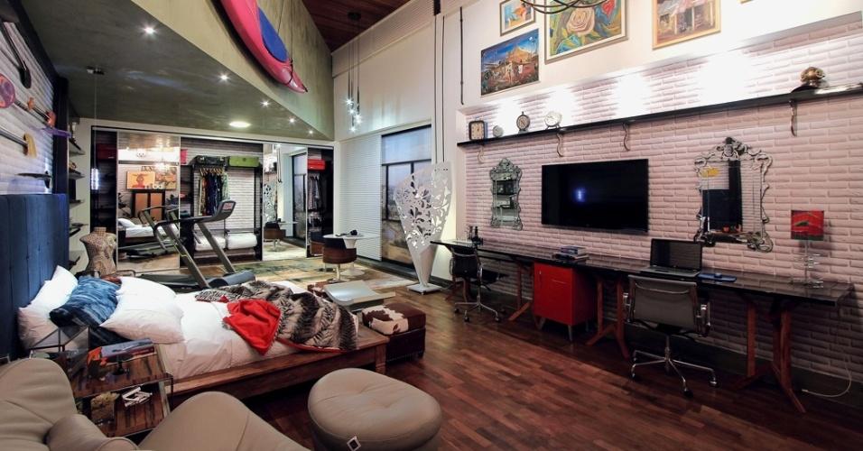 No Quarto do Casal Contemporâneo, Andrea Tomasi, Diogo Motter e Izabella Mercante criaram um ambiente com diversas texturas e materiais. Há concreto, madeira (no teto), um revestimento que se assemelha a tijolos aparentes pintados de branco e, até, porções de alvenaria que podem ser