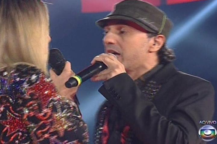 """28.nov.2013 - Claudia Leitte canta com Zeca Baleiro """"Telegrama"""", música do cantor"""