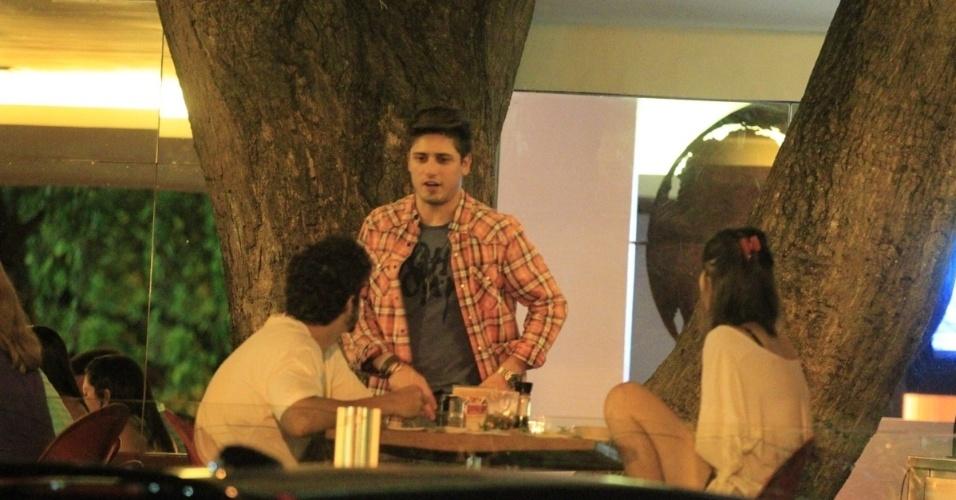 28.nov.2013 - Daniel Rocha encontra Caio Castro e Maria Casadevall na Barra da Tijuca, Rio de Janeiro