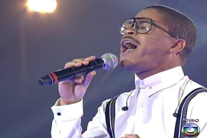 28.nov.2013 - Do time de Lulu, Pedro Lima canta I'll be There, sucesso do Jackson 5. Ele permanece na competição