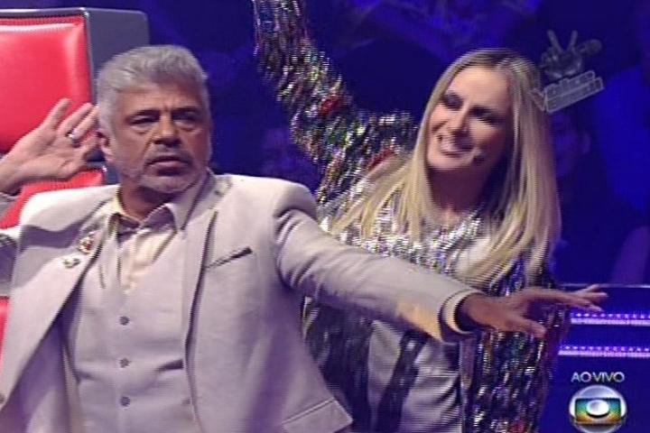 28.nov.2013 - Lulu Santos e Claudia Leitte dançam no programa