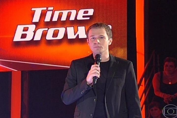 28.nov.2013 - Tiago Leifert se manteve seguro durante a apresentação ao vivo do programa