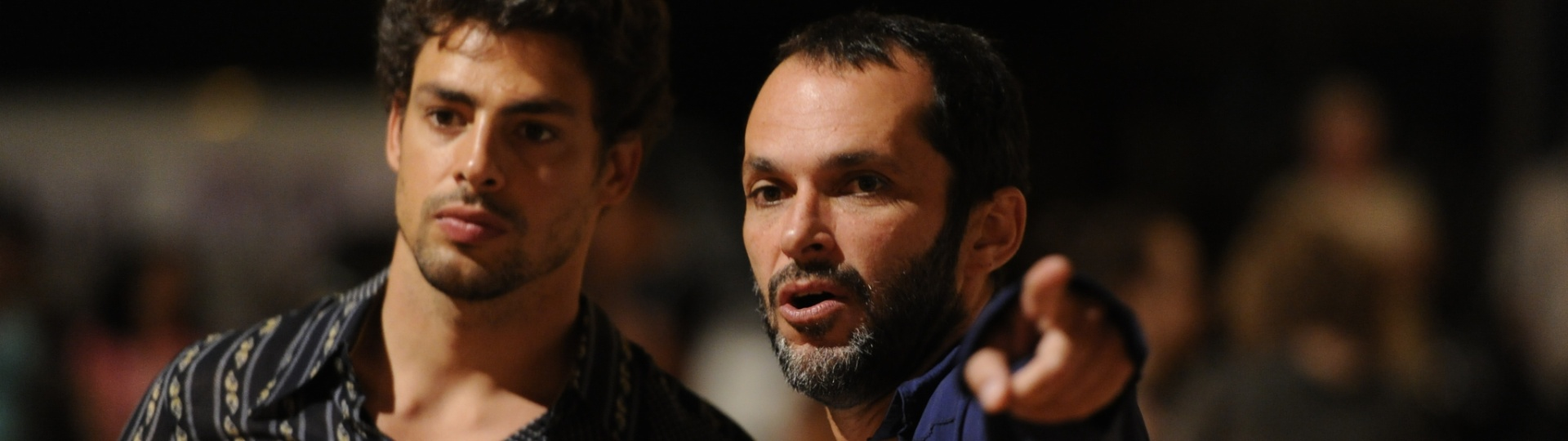 29.nov.2013 - Cauã Reymond conversa com o diretor José Luiz Villamarim nos bastidores da minissérie