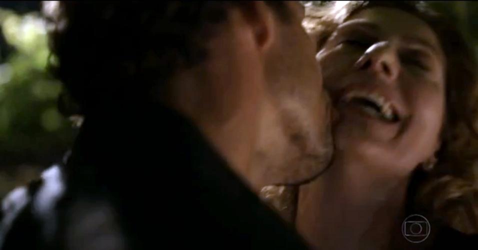 """29.nov.2013 - Cauã Reymond e Patrícia Pillar se beijam em cena da minissérie """"Amores Roubados"""""""