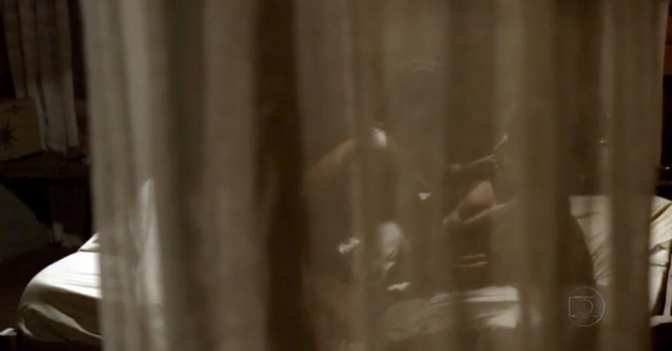 """29.nov.2013 - Dira Paes em cena """"quente"""" com Cauã Reymond na minissérie """"Amores Roubados"""""""