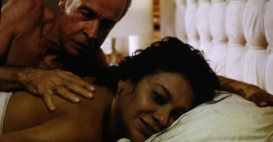 """29.nov.2013 - Em """"Amores Roubados"""", Dira Paes e Osmar Prado são Celeste e Cavalcanti. Os dois são casados, mas ela vive um caso com Leandro (Cauã Reymond)"""