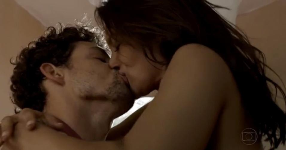 """29.nov.2013 - Dira Paes e Cauã Reymond em cena quente na cena da minissérie """"Amores Roubados"""""""