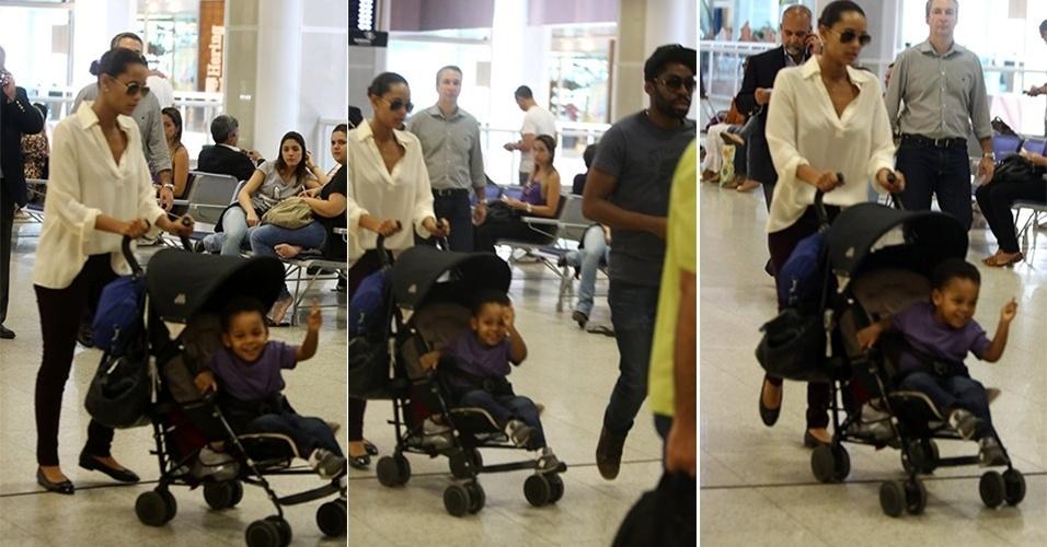 29.nov.2013 - João Vicente, filho dos atores Taís Araújo e Lázaro Ramos acena para paparazzo no aeroporto Santos Dumont, no Rio de Janeiro. O garoto tem 2 anos e o único filho do casal até o momento