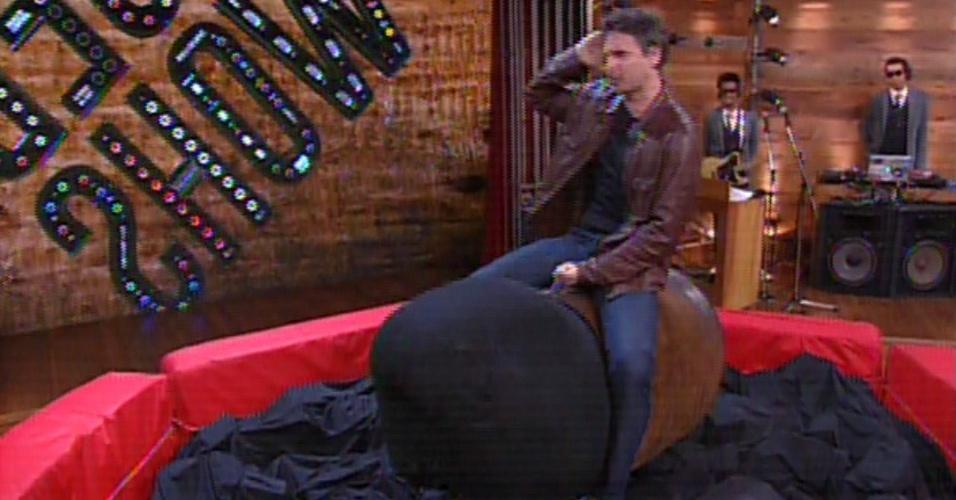 29.nov.2013 - Murilo Rosa brinca de touro mecânico no