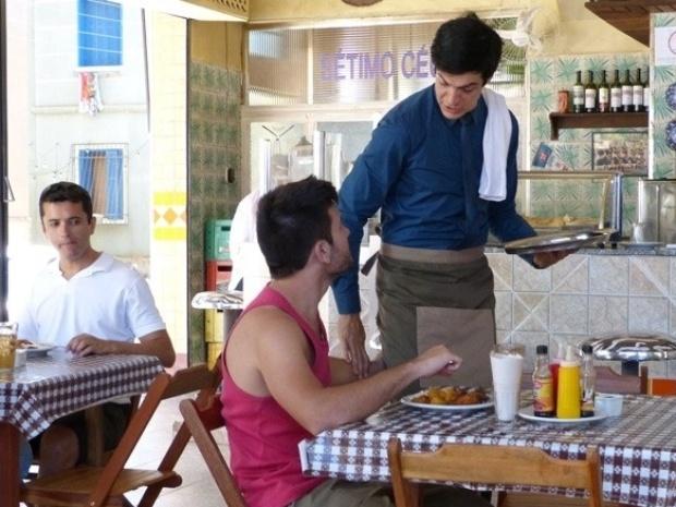 """Em """"Amor à Vida"""", Félix vira garçom e leva passada de mão de mecânico"""
