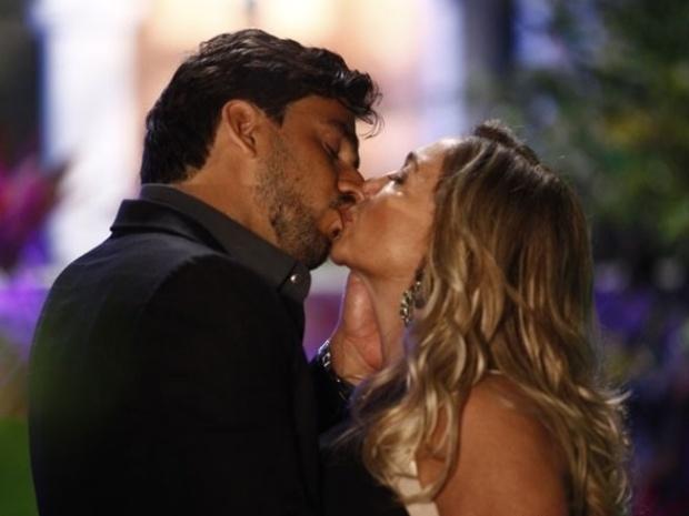 """Em """"Amor à Vida"""", Jacques beija Pilar"""