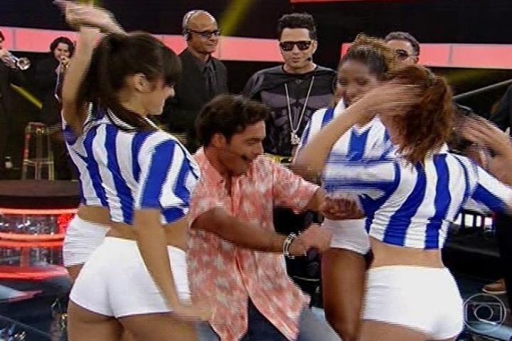 """Latino ensina gringo a dançar no """"Amor & Sexo"""""""