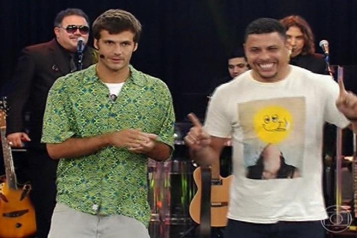 """Ronaldo tenta ensinar gringo a dançar no """"Amor & Sexo"""""""