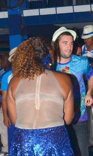 """29.nov.2013 - O ator da série """"Revenge"""" Joshua Bowman samba e posa com fãs na quadra da escola de Samba Portela no Rio de Janeiro"""